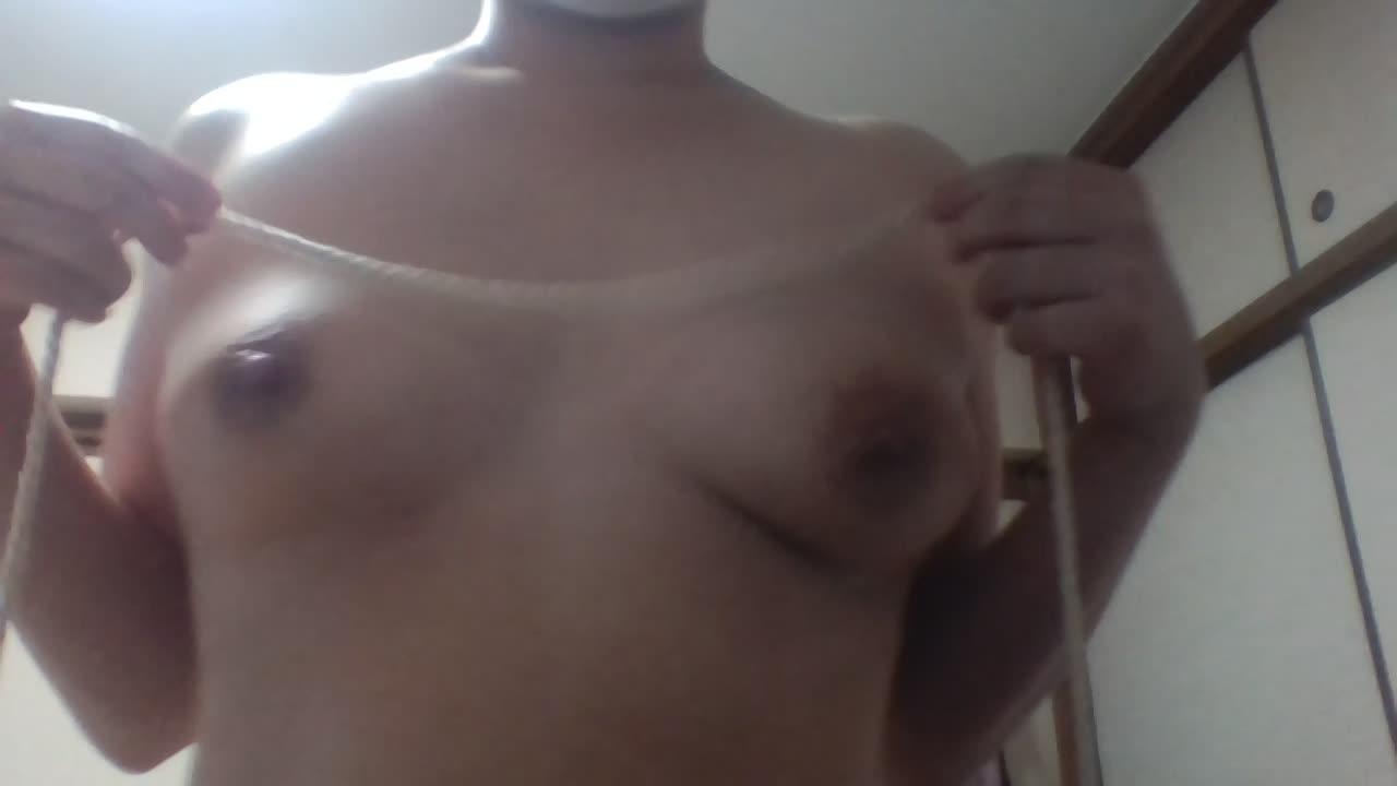 生々しいオナニー投稿動画!おっぱい乳首を細縄で弄る…ヒモの摩擦の刺激を楽しむ変態っ娘♪