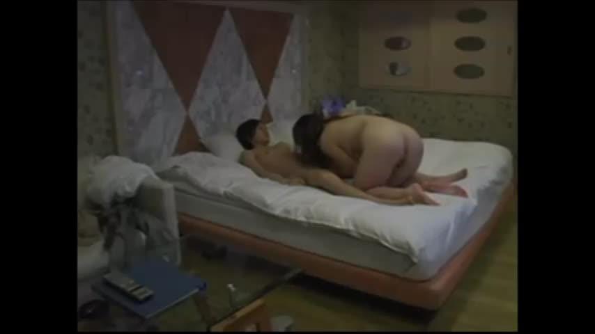 ラブホにて、三十路のデリヘル嬢のフェラ無料jukujyo動画。ラブホの部屋に隠しカメラ仕掛けて三十路デリヘル嬢との本番セクロス隠し撮り盗撮したった!