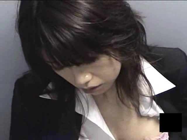 【OLの潮ふき・オナニー動画】仕事中の美乳美女OLが公衆便所に籠り、手マンオナニーに感じまくる姿をこっそり盗撮!仕事中でもムラムラしちゃう…